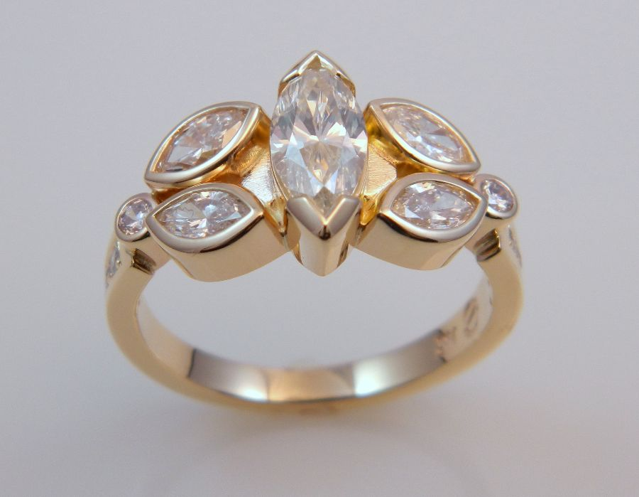 Gold Ring w Marquise Diamonds