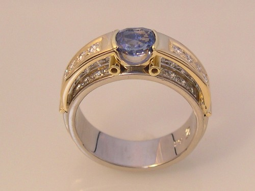Ring with 0.95 ct Sri Lankan Sapphire & Diamonds
