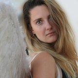 Giorgia with feathers