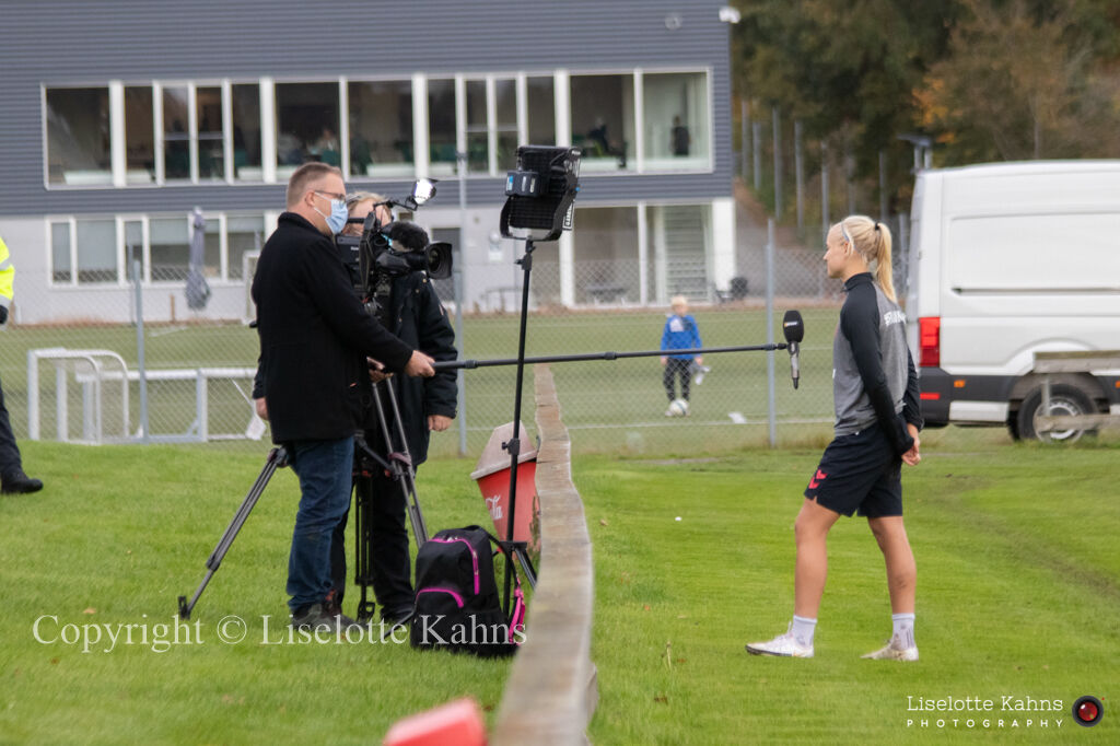 WEURO2022 training session in Viborg, October 2020. Henrik Liniger making a corona-safe interview with Pernille Harder