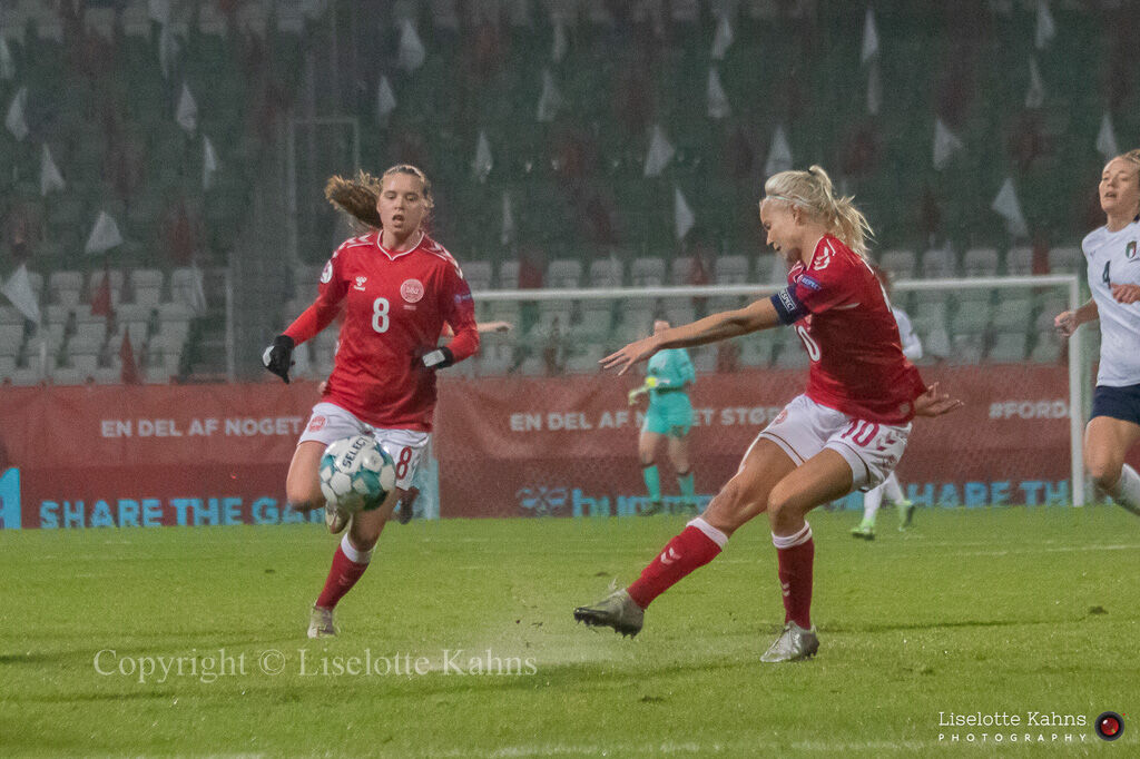 WMS NT, Denmark vs. Italy. Viborg 2020. Pernille Harder and Emma Snerle in action