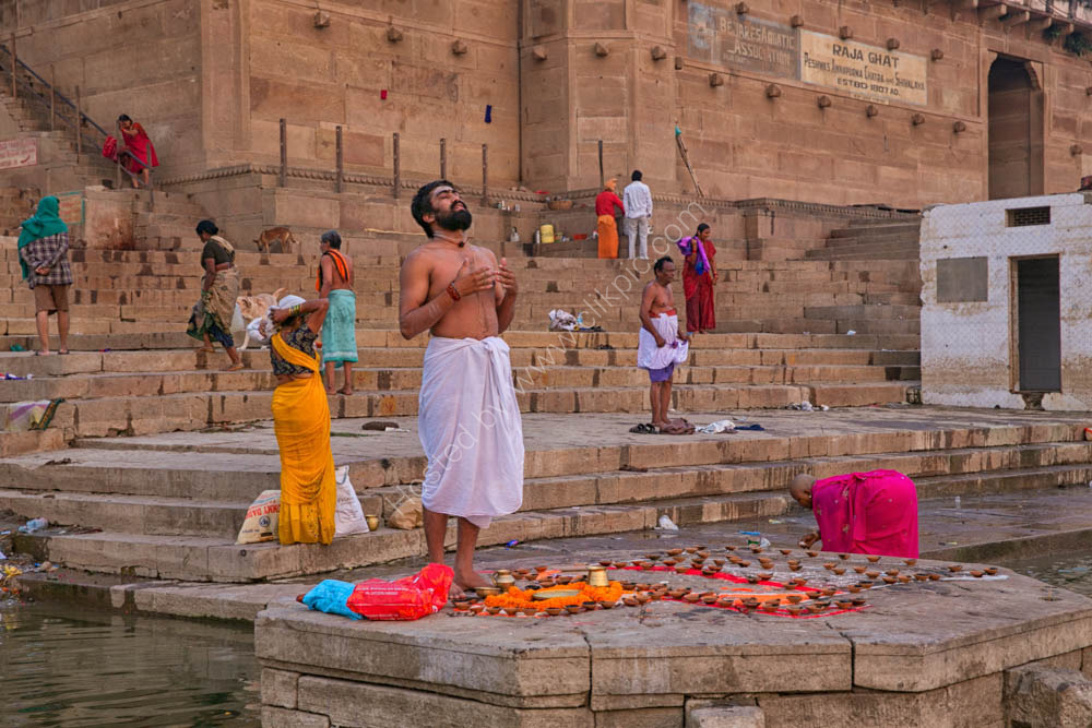 Prays on the Ganges River bank - Varanasi