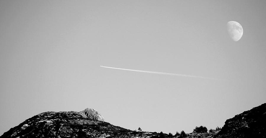 Plane over the mountain  (Fløyna)