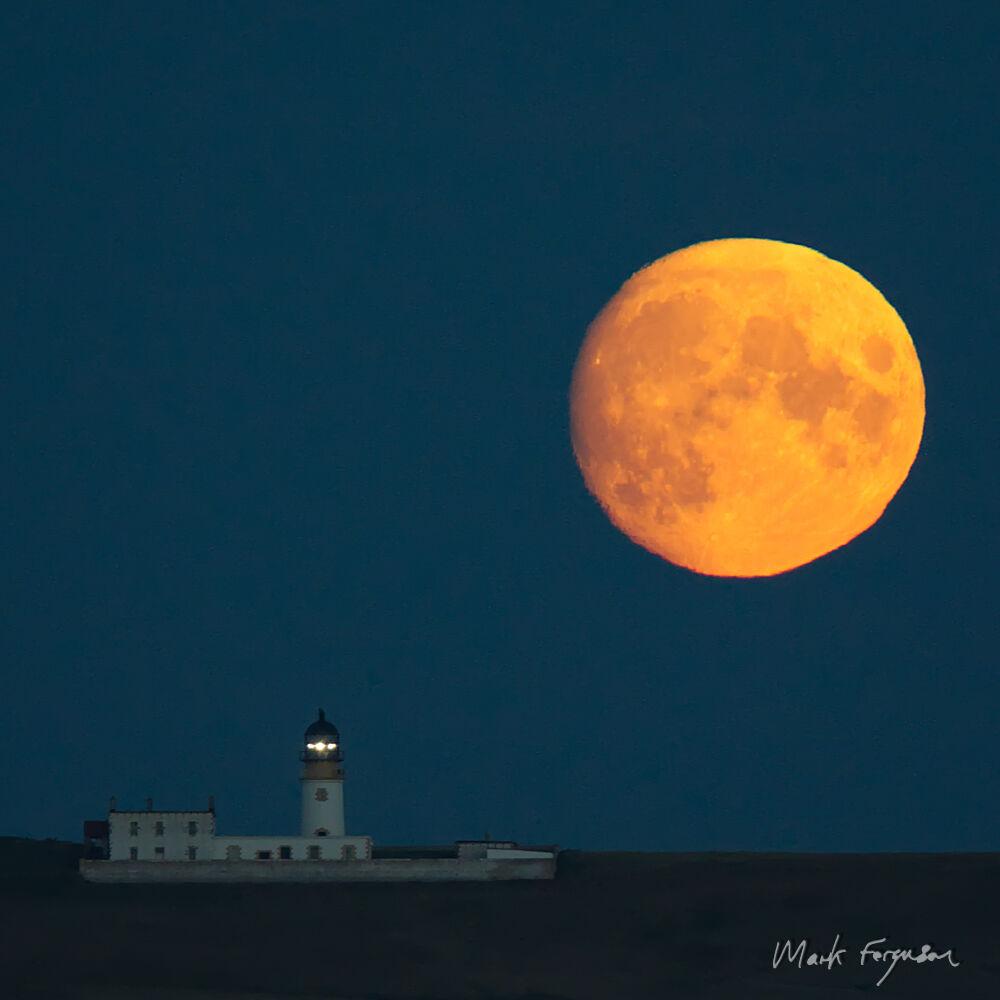 Copinsay lighthouse full moon2