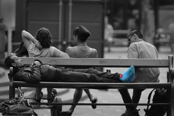 Fototips B 16 - 08 - mann på benk