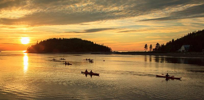 Kayakistes au coucher du soleil
