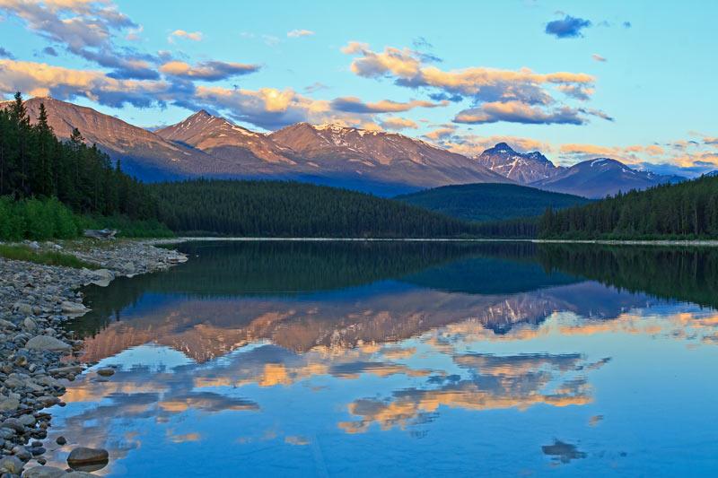 Chaîne du Trident et le lac Patricia au lever du jour