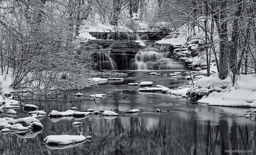 Chute de Montigny en hiver 2017 de face - noir et blanc
