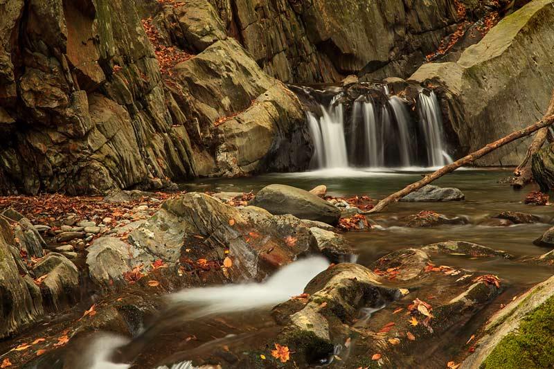 Cascades de Honey Hollow Falls à l'automne