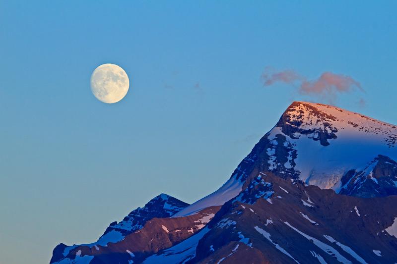 Pleine lune et le mont Unwin au coucher du soleil
