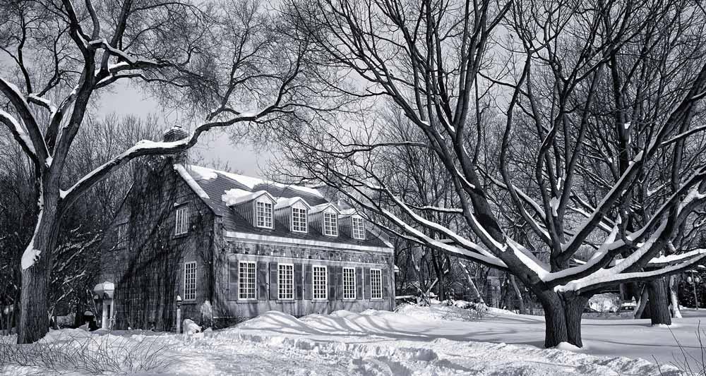 Maison historique en hiver - noir et blanc
