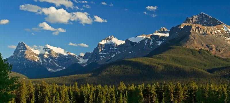Chaîne de montagnes au coucher du soleil