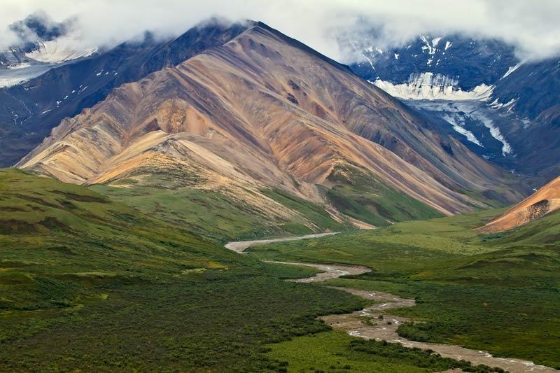 Montagne et rivière de Polychrome Pass