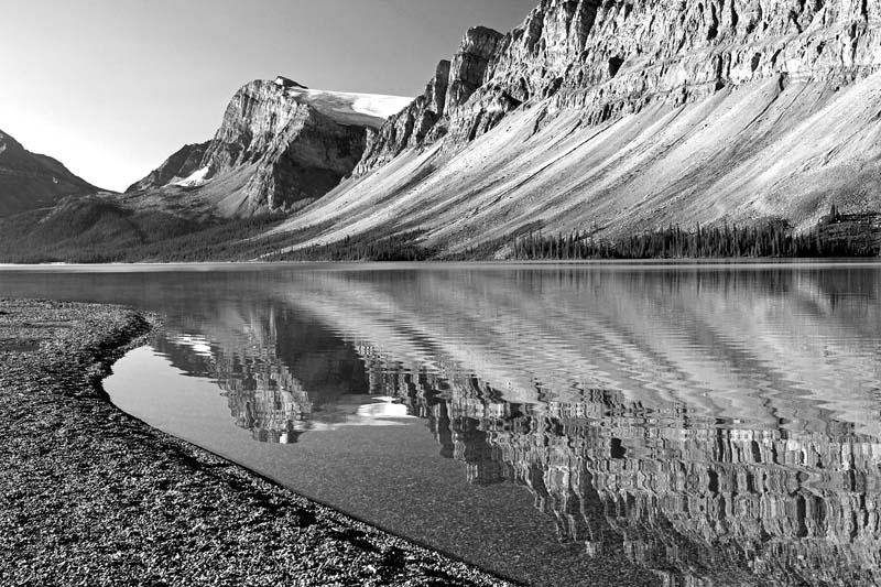 Réflection du Glacier Crowfoot dans Bow Lake - noir et blanc
