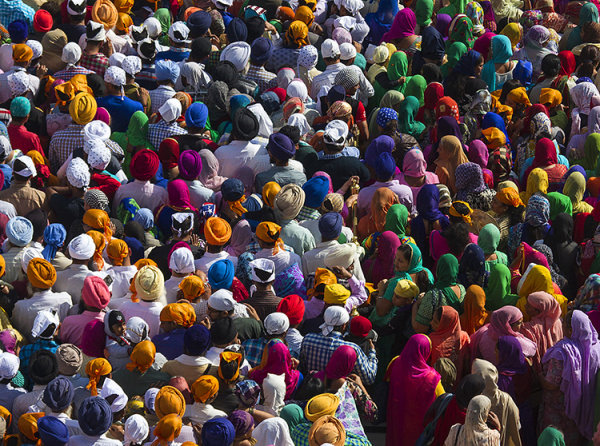 colourful crowds_golden temple