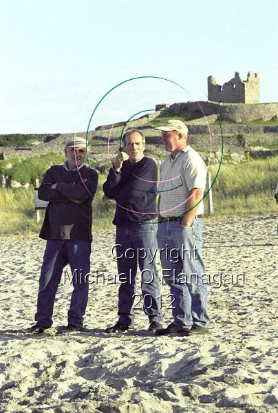 Maidhcí Pheadarín Ó Flathartha, Caomhán Pharaicín Ó Griofa & Michael Taimín Ó Conghaile chatting at Currach Races, Inis Oirr Ref. # F640.12a