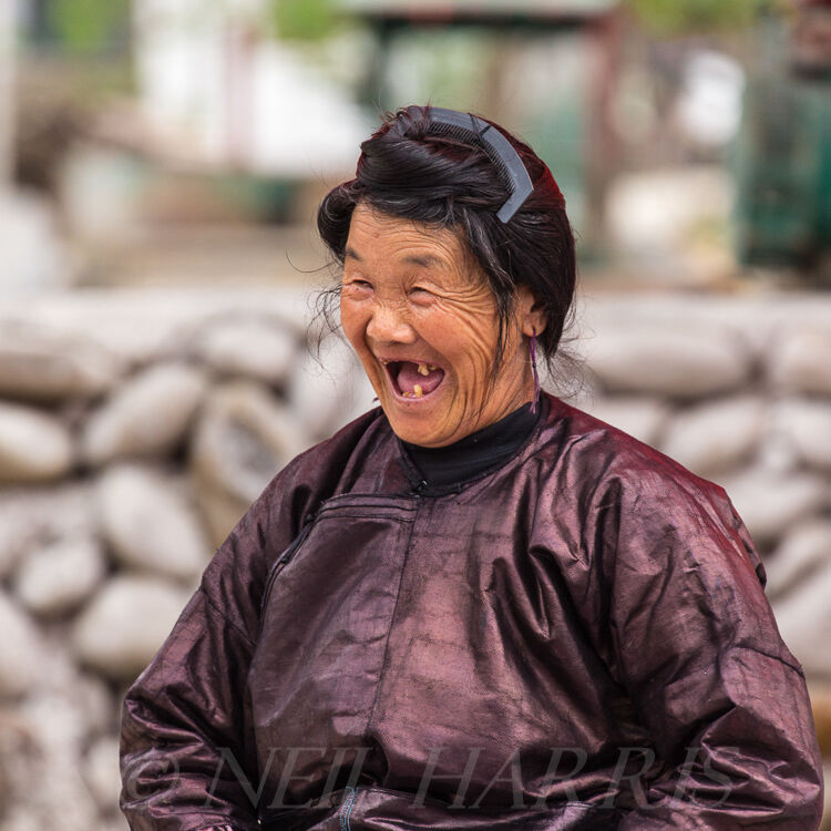 Dong - Smiling woman