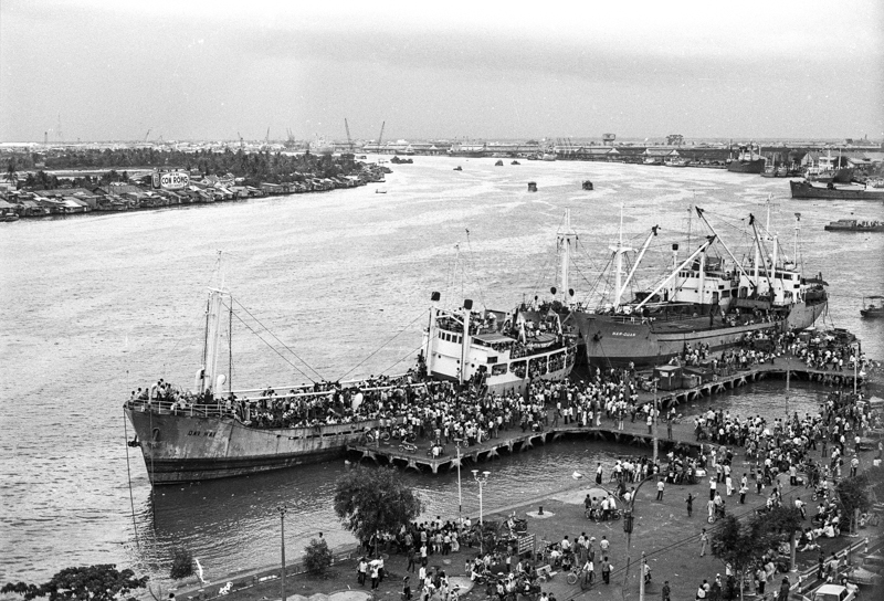 People fleeing on ships in the Saigon River