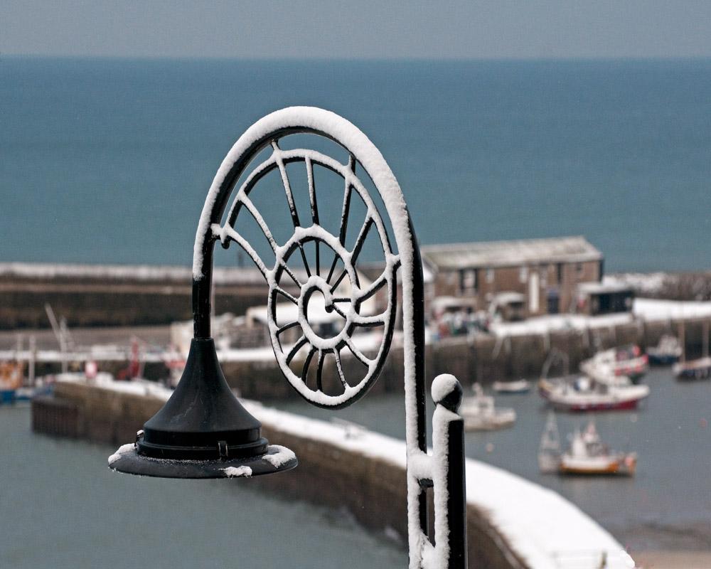 PW00695Snowy lamp&harbour40x50