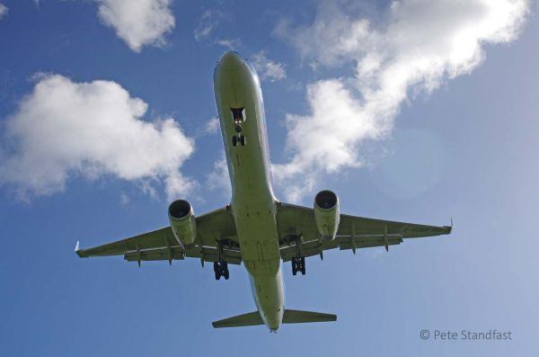 757 on short finals, Cardiff Airport