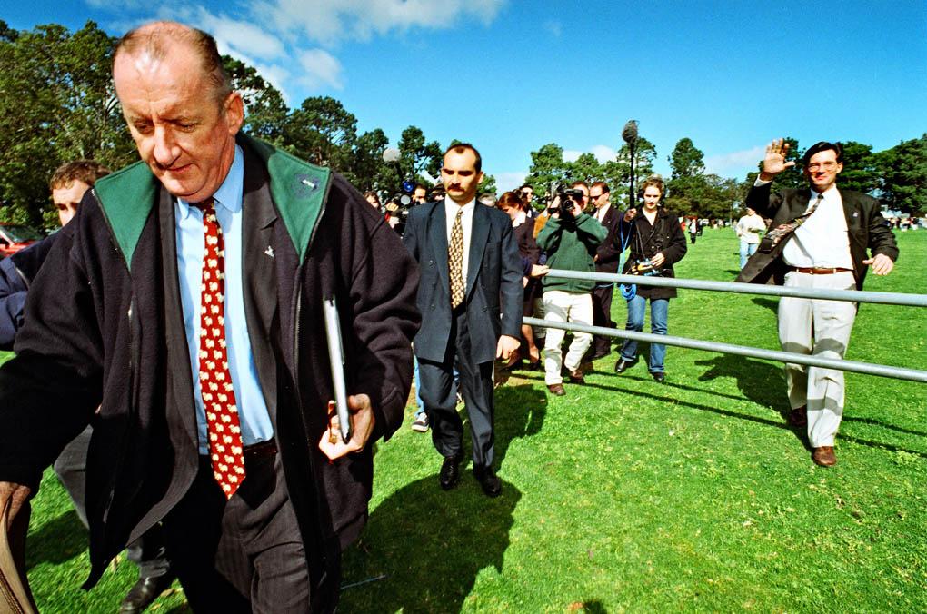Tim Fischer flees racist politician David Oldfield