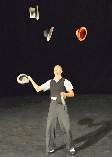 5 hat juggling