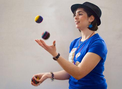 Alisa juggling