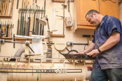 Les inspecting wood