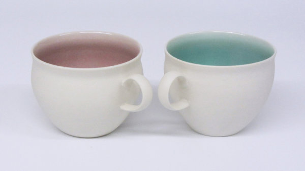 Functional porcelain with complementary glaze colours