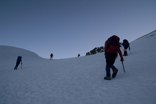 Heading up to the saddle below Tapi 2880m