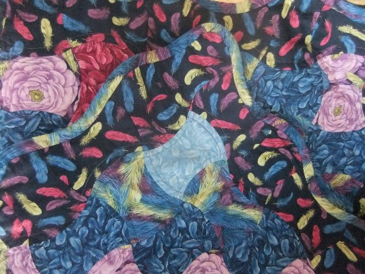 Curvy border detail on applecore quilt