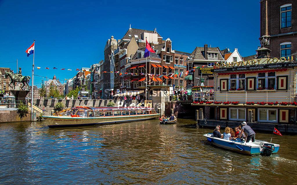 4065-Amsterdam tour boats bridge flag statue