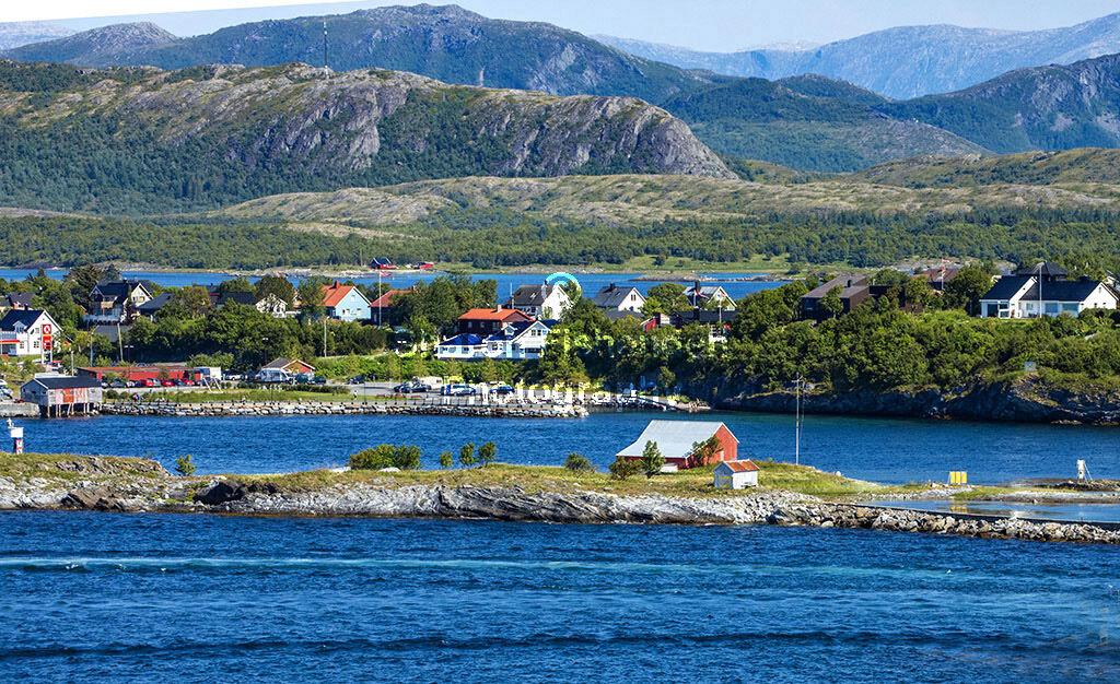 4075-Bronnoysund estuaries houses mountains