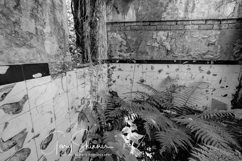 Bathroom v Spar santuary (Mono)