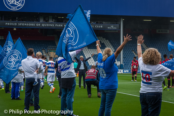 Stan's Family wave with flags as Stan salutes the fans