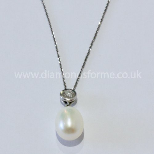 18CT WHITE GOLD DIAMOND 0.25CT & WATER CULTURED PEARL SLIDER PENDANT ON A 16 INCH CHAIN. (WAS £900) NOW £800.00