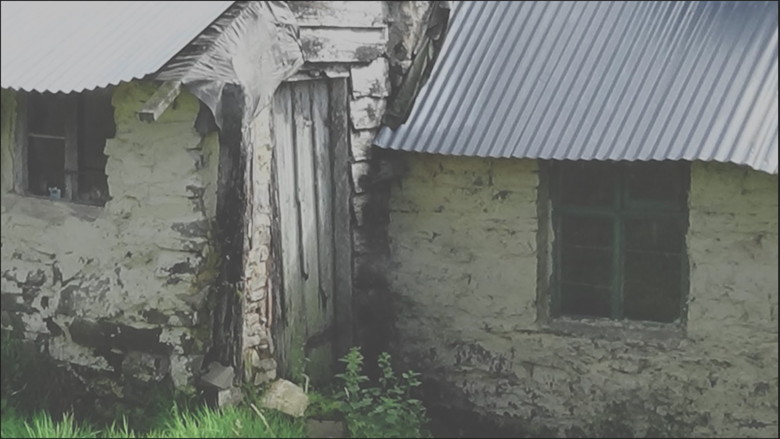 an old building with.a tin roof