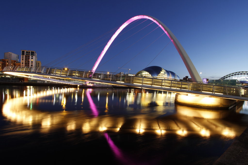 Night view of the Millenium Bridge